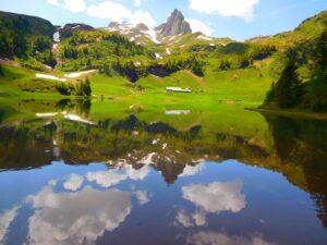 Der Berg im Spiegelbild bei wunderbarstem Wetter